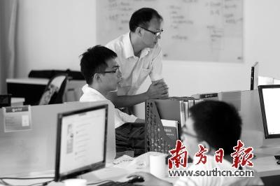 易富网办公区域,工作人员正在讨论。孙俊杰 摄